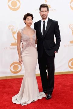 Dylan McDermott con su pareja Shasi Wells