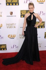 Kristen Bell wore a Pamella Roland gown and carried an Edie Parker clutch