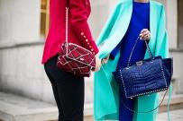 Bolsos Vivier en rojo y Valentino en azul